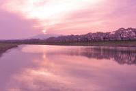 宮城県 夕日に染まる白石川と一目千本桜と蔵王連峰