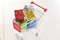 ミニチュアのショッピングカートとギフトボックス