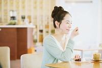 チョコレートケーキを食べる女性