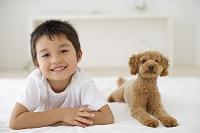 リビングでくつろぐ男の子と犬