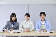 笑顔の先生と男女の中学生