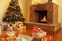 クリスマスツリーと暖炉のあるリビング