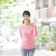手を振る日本人の女性
