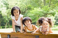 ベンチから笑顔振りまく日本人の子供達