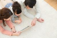 iPadを見ている日本人家族