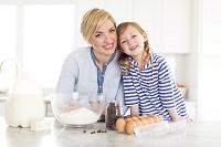 キッチンのお母さんと女の子