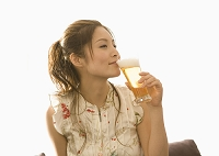 ビールを飲む女性