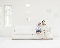 ソファに座る母と娘