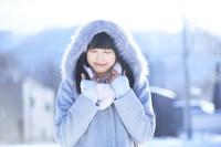 冬のコートを着た日本人女性