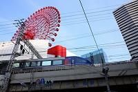 大阪府 梅田 HEP FIVEの観覧車とJRの高架