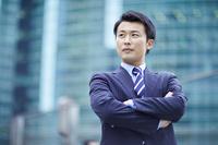 腕組みをする日本人ビジネスマン