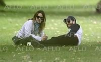 熱愛の噂浮上中のクリエヴァ&リリー・ジェームズを公園でキャッチ