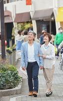 街を歩く日本人シニア夫婦