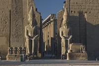 ルクソール神殿第一塔門とラムセス2世坐像 奥に大列柱廊