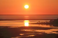 北海道 地平線の日の出とオイカマナイ沼の彩