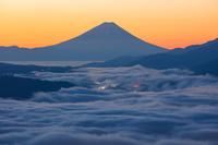 長野県 高ボッチ高原より朝の富士山