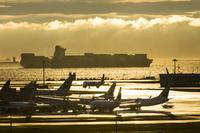 貨物船と飛行機