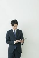 タブレットを使う日本人ビジネスマン