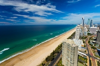 オーストラリア サーファーズ・パラダイスのビーチと高層ビル群