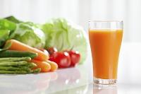 オレンジ色の野菜ジュース