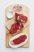まな板の上の肉と塩