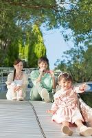滑り台で遊ぶ家族