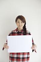メッセージボードを持つ20代日本人女性