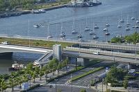 新潟県 柳都大橋と信濃川に停泊するヨット