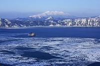 北海道 凍る摩周湖と斜里岳