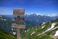 長野県 北アルプス・唐松岳頂上山荘前の標識と背後は劔岳