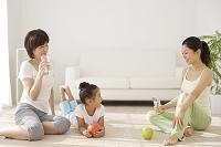 運動のあとに寛ぐ女の子と祖母と母親