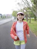 ウォーキングをする日本人女性