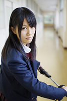 日本刀を持つ女子高校生