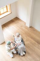 介護士男性と車椅子のシニア女性