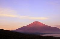 山梨県 山中湖村 パノラマ台 赤富士と朝焼け空