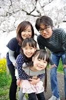 桜の樹の下の家族