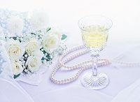 薔薇の花束とワインと真珠