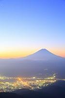 山梨県 櫛形山 朝焼けの富士山と甲府盆地の街灯り