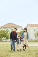 家の前に立つ日本人家族