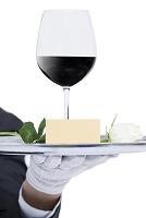 ワインを運ぶウェイター