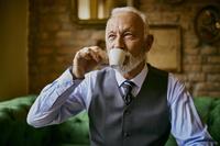 コーヒーを飲むシニア外国人男性
