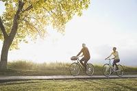 自転車に乗る外国人カップル
