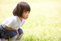 公園でしゃがむ女の子