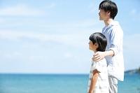 海辺に立つ日本人親子