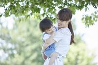 息子を抱っこする母親