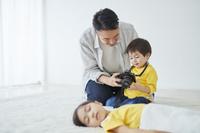 子供にカメラの使い方を教える父親
