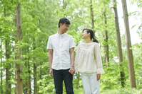 新緑と手を繋ぐ夫婦