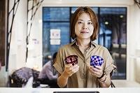 江戸切子の店を案内する日本人女性