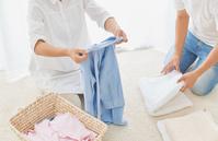 洗濯物をたたむ夫婦