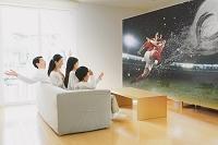 サッカー観戦をする家族